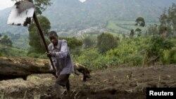 Muneman Rugema, 22, tills soil in Masisi, northwest of Goma, DRC, Dec. 19, 2008.