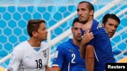 Tình huống gây nhiều tranh cãi diễn ra khi Suarez cắn vai hậu vệ Chiellini của Italia, nhưng trọng tài không can thiệp.
