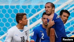 Italy's Giorgio Chiellini accuses Uruguay's Luis Suarez of biting him during their 2014 World Cup Group D soccer match at the Dunas arena in Natal June 24, 2014. REUTERS/Yves Herman (BRAZIL - Tags: TPX IMAGES OF THE DAY SOCCER SPORT WORLD CUP) - RTR3VI
