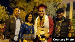 Yulfiano (ke-2 dari kanan) saat wisuda bersama keluarga (dok: Yafi Fayruz)