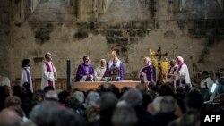 Các linh mục cử hành thánh lễ để truy điệu những nạn nhân của vụ máy bay rơi, tại nhà thờ Notre-Dame-du-bourg ở Digne-les-Bains, gần hiện trường vụ tai nạn, 28/3/2015.