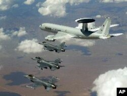 Uma frota da NATO composta de aviões caça F-16 e Awacs