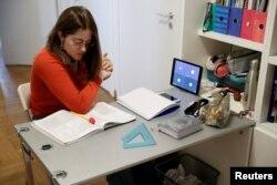 Lavinia Tomassini menggunakan iPad-nya untuk mengambil bagian dalam kelas bahasa Prancis daring, sebagai bagian dari program home-schooling yang diadakan oleh sekolahnya. (Foto: Reuters)