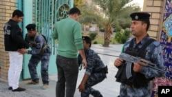 Lực lượng an ninh Iraq canh gác bên ngoài một đền thờ Hồi giáo tại Baghdad.