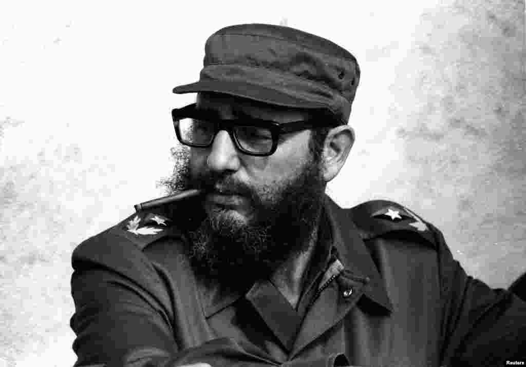 Fidel Castro participe à la célébration du 20e anniversaire de la Révolution sur un yacht à Granma, en novembre 1976.