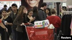 Una multitud de consumidores abarrotó esta tienda en Burbank, California, el Viernes Negro del año pasado.