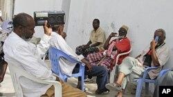 Raia wa Somalia wakisikiliza habari kwenye radio.