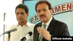 وزیر داخلہ رحمٰن ملک صحافیوں سے گفتگو کرتے ہوئے۔