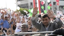 محمود احمدی نژاد از برای جمعیتی که در بیروت به استقبالش آمده اند، دست تکان می دهد