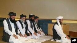 ARCHIVO - La delegación talibán que firmó un acuerdo con Estados Unidos en Qatar, ora antes de la firma del acuerdo en febrero pasado.