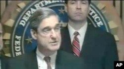 图为美国联邦调查局局长穆勒做出宣布
