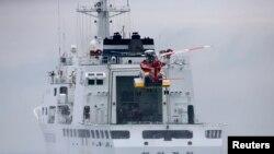 Sebuah helikopter menuju kapal penjaga pantai dalam operasi pencarian dan penyelamatan korban tenggelamnya Feri Sewol di Jindo, 18/4/ 2014.