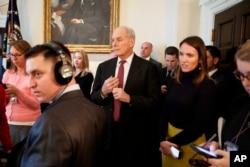 El jefe de gabinete de la Casa Blanca, John Kelly, escucha mientras el presidente Donald Trump habla durante una reunión con agentes del orden en la pandilla callejera MS-13 en el gabinete de la Casa Blanca, el martes 6 de febrero de 2018 en Washington. (AP Photo / Evan Vucci).