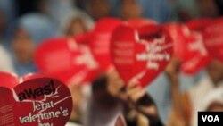 Pihak berwajib Malaysia sejak tahun 2005 menegakkan fatwa yang melarang perayaan Hari Valentine.