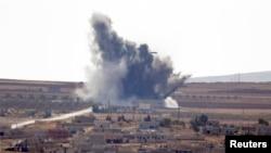 Những cột khói bốc lên từ thị trấn Kobani ở Syria, nhìn từ vị trí gần đường biên giới Mursitpinar giữa Thổ Nhĩ Kỳ và Syria ở Suruc, tỉnh Sanliurfa 15/10/2014.