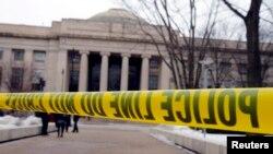 Garis keamanan polisi dipasang di kampus Massachusetts Institute of Technology (MIT) di Cambridge, Massachusetts, Februari lalu, karena ada ancaman penembakan. (Foto: Dok)