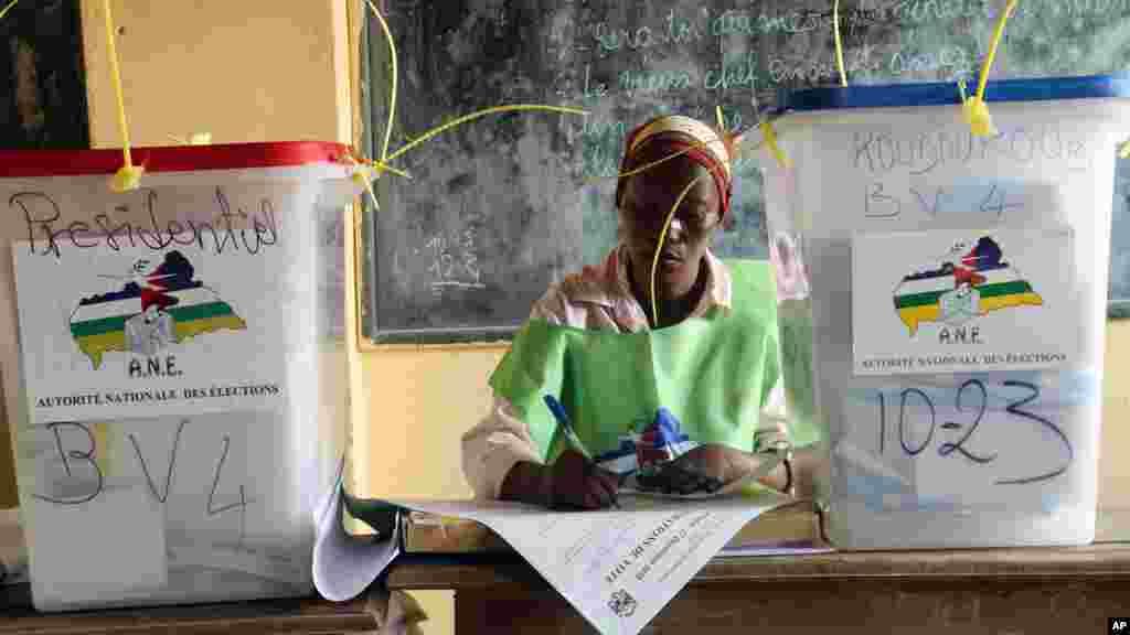 Un agent électoral dans un bureau de vote lors des élections à Bangui, en République centrafricaine, le mercredi 30 décembre 2015. (AP Photo / Hervé Serefio diaspora)