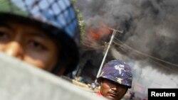 Cảnh sát bảo bệ an ninh tại thỉ trấn Meikhtila bị bạo động tôn giáo hoành hành, ngày 22/3/2013.