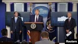 El presidente Donald Trump ofrece una conferencia de prensa sobre los últimos desarrollos de la enfermedad por coronavirus (COVID-19), en la Casa Blanca en Washington, el 23 de agosto de 2020.