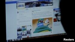 Seorang pengguna mengakses Facebook di Hanoi, Vietnam (foto: ilustrasi).
