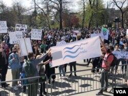 """Protest za zaštitu životne sredine """"Ekokoški ustanak"""", ispred zgrade Doma Narodne skupštine Srbije, u Beogradu, 10. aprila 2021. (Foto: Jovana Đurović, VoA)"""