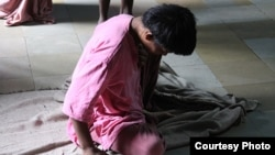 A resident sits on the floor in the women's ward of Thane Mental Hospital, a 1,857-bed facility in the suburbs of Mumbai. © 2013 Shantha Rau Barriga/Human Rights Watch