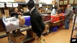 """Relawan membagikan bahan pangan kepada warga miskin di Chicago, Illinois (foto: dok). Sekitar 40 juta warga miskin AS yang menerima """"food stamp"""" mungkin akan merasakan dampak penghapusan program ini oleh pemerintahan Trump."""