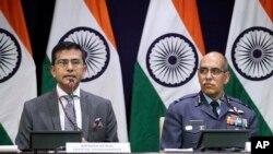 بھارتی وزارتِ خارجہ کے ترجمان رویش کمار بھارتی فضایہ کے ائر وائس مارشل آر جی کے کپور نئی دہلی میڈیا کو بریفنگ دیتے ہوئے۔ 27 فروری 2019