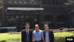 广州律师陈进学(右)在酒店前与冯崇义(中)留念 (来自陈进学律师推特图片)
