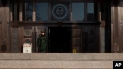 一名武警战士守卫在北京的中国最高人民法院入口。(资料照片)