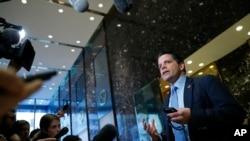 安东尼·斯卡拉穆奇在纽约川普大厦与媒体谈话。(2016年11月17日)