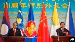 中国外长王毅(右)和泰国外长素拉蓬8月29日在北京的记者会上