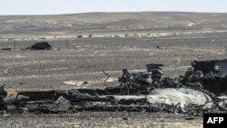 Des débris du vol A321 au lendemain de son crash dans le Sinaï égyptien, le 1er novembre 2015. (AFP PHOTO / KHALED DESOUKI)