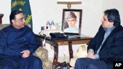 صدر آصف علی زرداری اور گورنر سندھ عشرت العباد (فائل فوٹو)