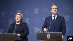 La primer ministra de Noruega, Erna Solberg (izq.) y el ministro de Relaciones Exteriores Borge Brende informaron que al parecer el Estado islámico asesinó a un noruego que mantenían como rehén.