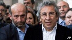 روزنامہ جمہوریت کے مدیر اعلیٰ جان دوندار (دائیں) اور انقرہ کے بیورو چیف اردم گل (بائیں) کو گزشتہ نومبر میں گرفتار کیا گیا تھا۔