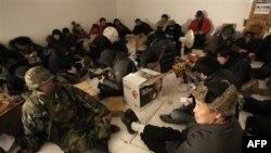Cư dân và các nhà báo được đưa vào những hầm trú ẩn sâu dưới mặt đất trong khi quân đội tập trận pháo kích trên đảo Yeonpyeong, Nam Triều Tiên, thứ Hai 20/12/2010