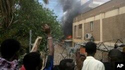 Para demonstran Sudan yang marah menyerang kedutaan Jerman di ibukota Khartoum, hari Jumat (14/9).