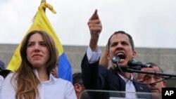 Juan Guaidò ki te pran lapawòl devan foul moun ki te vin manifeste apui yo pou li. ( Photo AP/Fernando Llano).