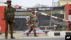 29일 카슈미르 잠무 외곽 인도 군 기지에서 군인들이 경계근무 서고 있다.