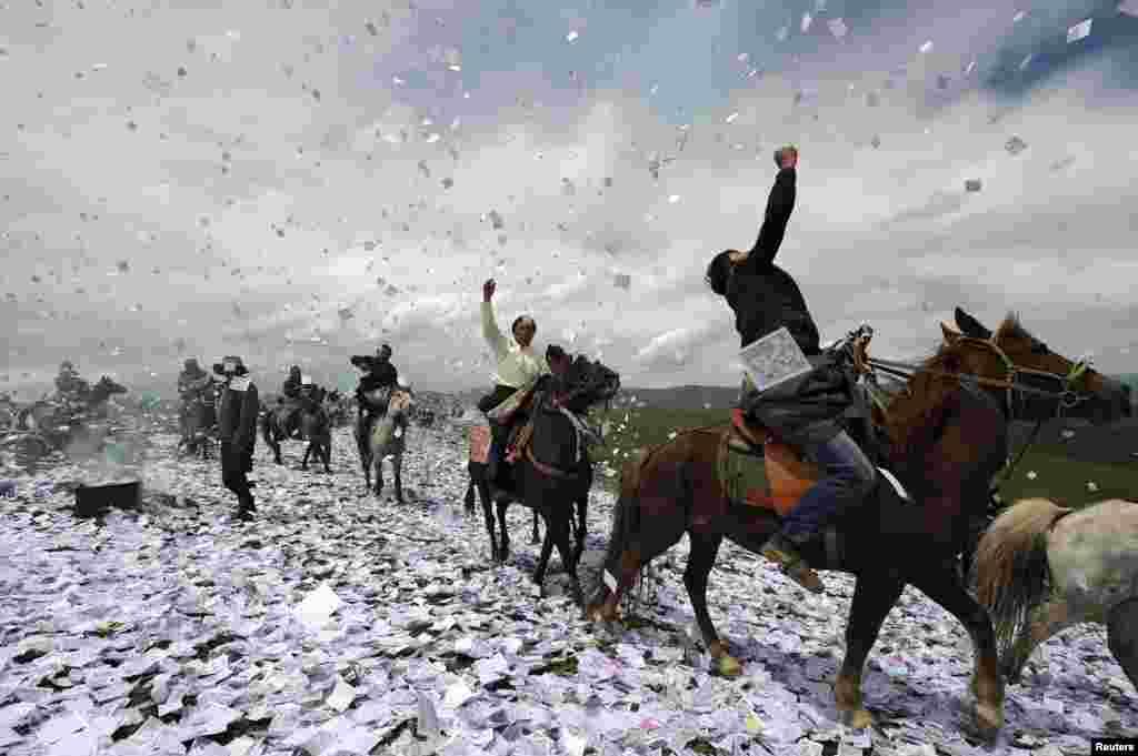 """Warga Tibet menaiki kuda dalam acara festival tradisional ibadah bersama yang disebut """"Wei Sang"""", di Hongyuan, Sichuan, China."""