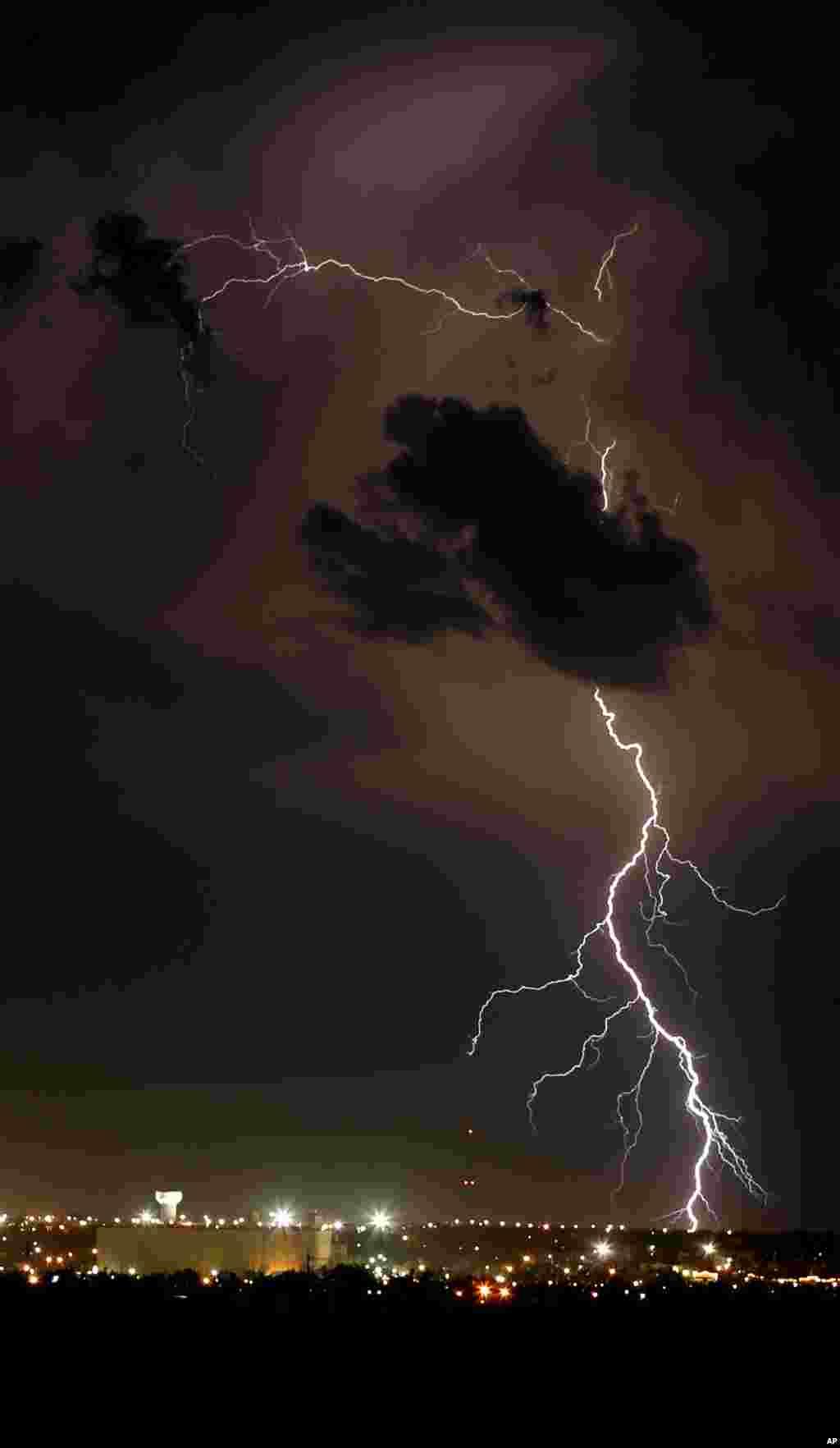 عکسی از صاعقه و رعد و برق در آسمان داج سیتی کانزاس