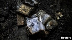 خیبر پختونخوا میں طالبان کے ہاتھوں نذرِ آتش ہونے والے ایک اسکول کے فرش پر جلی ہوئی کتابیں اور کاپیاںبکھری پڑی ہیں۔ (فائل فوٹو )