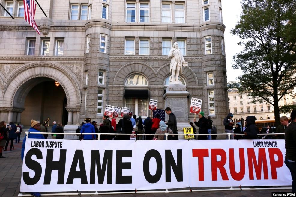 """在华盛顿,在川普新开张的豪华酒店前面,有人示威,大标语说""""劳工争端 川普可耻"""""""