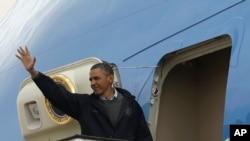 Tổng thống Barack Obama vẫy chào từ chuyên cơ Air Force One trước khi cất cánh ở phi trường Queen Alia, Amman, rời Jordan, ngày 23/3/2013.