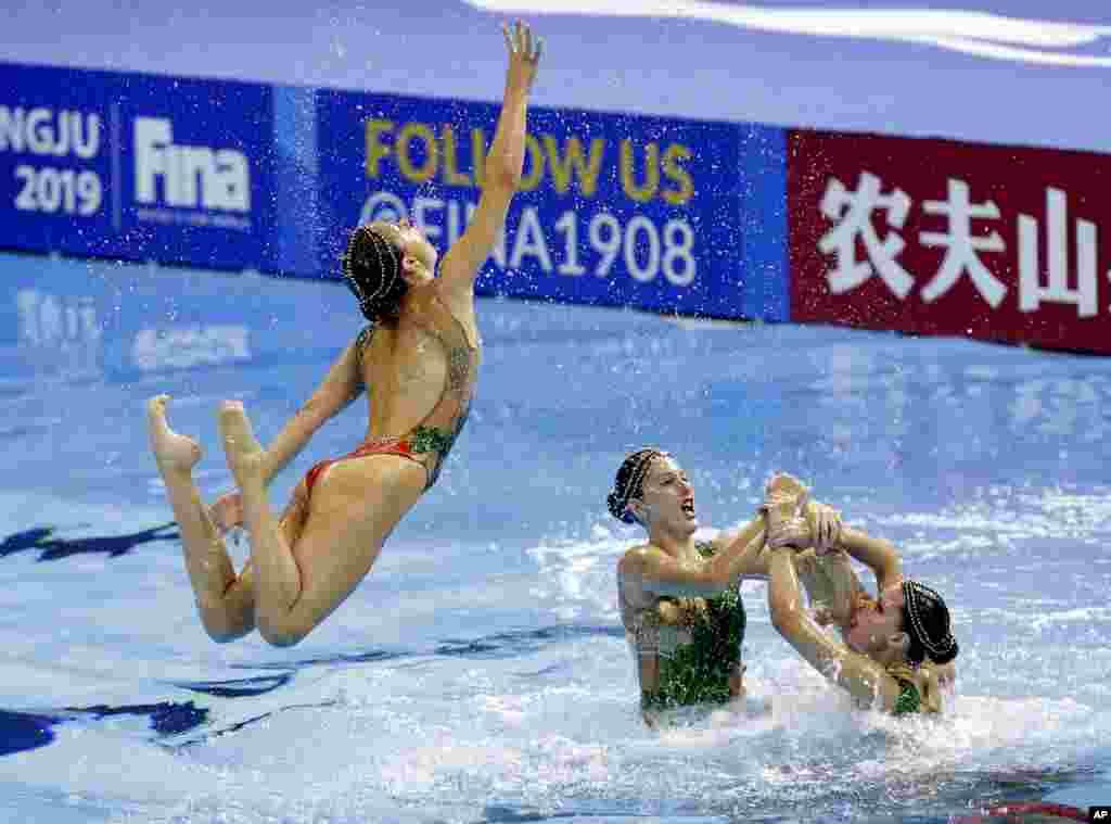 ورزشکاران تیم اسپانیا در حالی «شنای موزون» یا هماهنگ در مسابقه جهانی شنا و شیرجه در کره جنوبی.