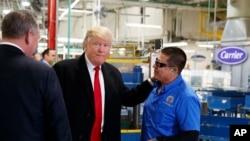 Tổng thống đắc cử Donald Trump nói chuyện với công nhân trong chuyến thăm nhà máy Carrier ở Indianapolis, Indiana, 1/12/2016.