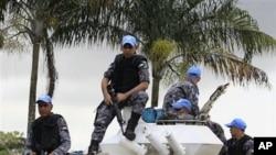 联合国维和人员守卫在阿比让海湾酒店入口处