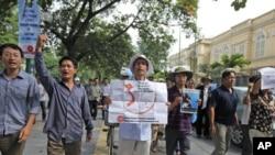 图为越南抗议者7月10日就南中国还领土问题抗议中国政府