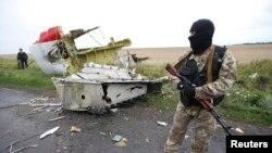 Một phần tử ly khai thân Nga đứng tại địa điểm chiếc máy bay MH17 của Malaysia Airlines bị bắn rơi, gần khu định cư Grabovo ở vùng Donetsk. (Ảnh tư liệu)